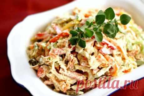 Салат с курицей и пикантной горчичной заправкой      Привычный салат, но с пикантной заправкой. Удивите своих гостей новым вкусом.      Ингредиенты:  Куриное филе (грудь) - 300г; Лук красный - 2 шт; Перец сладкий болгарский красный и желтый - 2 шт;…