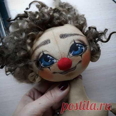 Ну разве можно оторваться от этого чудесного малыша? Думала, нарисую сегодня ему личико и все. Ан нет. Не могу отправить его спать без носа и волос😋 ... .. . #куклыручнойработы #куклысазанович #куклы #текстильныекуклы #текстильнаякукла #авторскаякукла #ярмаркамастеров #большиеглаза #рисуемлицокукле #рисуемглаза #livemaster #dollstagram #doll #art #dollartist #artist