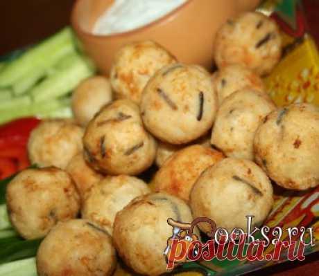 Чикенболлы с соломкой из овощей и чесночным соусом Незатейливая, но очень вкусная закуска понравится и взрослым и детям! филе куриной грудки — 3 шт; смесь риса (1 пакетик) — 125 г; приправы для курицы (на ваш вкус - у меня просто соль и смесь перцев) ; сметана — 50 г; огурцы — 3 шт; Болгарский перец — 1 шт; чеснок — 1 зуб.; лук зеленый (немного) ; панировочная мука — 50 г;