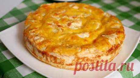 Шикарный мясной пирог без возни и волокиты с тестом Пирог получается очень мягким, нежным и сочным, и совершенно не отнимает много времени на его приготовление. Продукты: 3 тонких лаваша; 800 грамм любого фарша; 200 грамм твердого сыра(можно взять больше); 1 средняя луковица; 2 яйца; 150 мл сливок 20%; соль, перец по вкусу. Подробный процесс приготовления смотрите в видео: