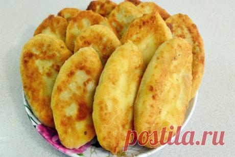 Картофельные пирожки. Тесто из картошки с мукой, а начинка - курица, свиные сардельки и вареные яйца.))