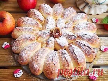 Отрывной яблочный пирог Ингредиенты: Тесто: Молоко — 150 мл Дрожжи быстрорастворимые — 1,5 ч. л. Яйцо — 1 шт. Сметана — 1 ст. л. Сахар — 1,5 ст. л. Соль — 0,5 ч. л. Масло сливочное — 50 г Мука — 370 г Начинка: Яблоки (небольшие) — 3 шт.  Сахар тростниковый — 40 г Корица —0,5 ч. л. Растительное масло — для смазки формы Приготовление: 1. В теплом молоке развести дрожжи. Добавить сахар, соль, сметану, яйцо и растопленное сливочное масло. Хорошо перемешать. Просеять муку. Заме...