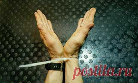 Освобождение рук от стяжки с помощью шнурка: два движения и минута времени