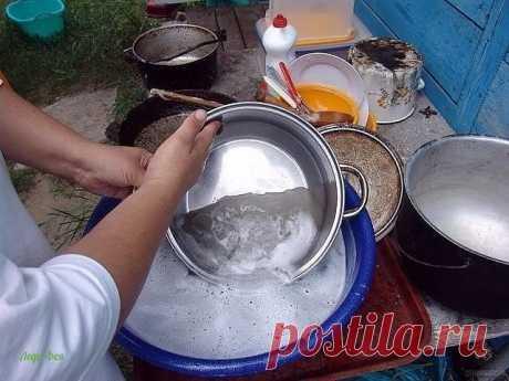 Как отчистить сковородки до блеска 1/2 чашки соды 1 чайная ложка жидкости для мытья посуды 2 столовые ложки перекиси водорода  Смешиваем до тех пор, пока не станет похоже на взбитые сливки (при необходимости доливаем еще перекиси), наносим на грязную поверхность и оставляем минут на 10.  После этого берем жесткую губку, хорошенько трем и смываем всё! Всё просто, чисто, и безопасно!