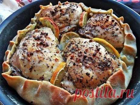 Курица, запечённая в съедобной тарелке.   • источник Домашняя Кулинария •                  Курица, запечённая в съедобной тарелке.Ингредиенты:Куриные бёдрышки — 4 шт. (770 г) Лимон — 0,25 шт. Базилик сушеный — 1 ст. л. Чеснок — 6 зуб. Соль …