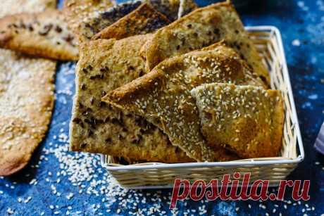 Крекери з розмарином та оливковою олією Цікаві крекери або ж хрусткі плоскі хлібці з додаванням цільнозернового борошна, з різними посипками та приємним посмаком розмарину.