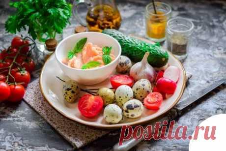 Салат с семгой и перепелиными яйцами