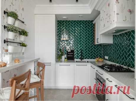Маленькая угловая кухня-гостиная в скандинавском стиле с врезной раковиной, фасадами с утопленной филенкой.