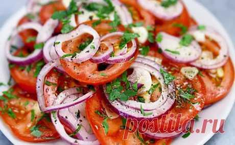 Салат и закуска в одном блюде за 3 минуты. Добавляем к помидорам красный лук и заправку - Steak Lovers - медиаплатформа МирТесен