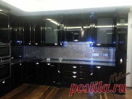 Угловая кухня в классическом стиле с фасадами МДФ эмаль черный глянец