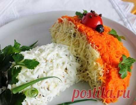 Салат Лакомка Салат Лакомка Очень популярный вкусный слоеный салат, состоящий, как бы, из трех разных салатов. Встречается под разными названиями. Мне понравилось это – Лакомка. Продукты для салата: - 1 отваренная и очищенная свекла - 100г чищенных орехов - 2 вареных и очищенных моркови - 100г изюма залить теплой