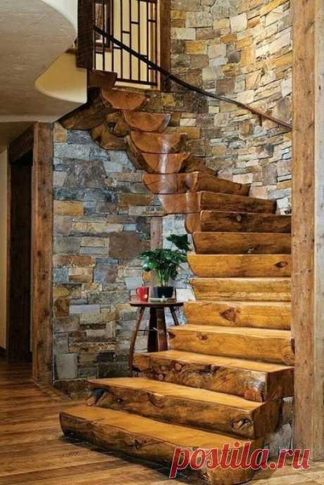 Массивные деревянные ступени из обтесанных цельных бревен, выглядят солидно и брутально