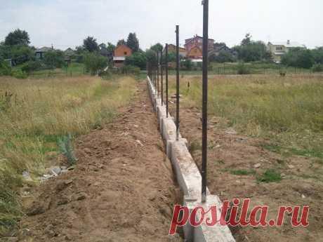 Ленточный фундамент под забор: как сделать своими руками, выбор марки бетона, а также какая глубина основания из профнастила