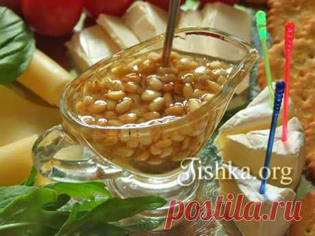 Медовый соус к сырной тарелке Соус из меда с кедровыми орешками - шикарное дополнение к сырной тарелке. Идеально подходит к сырам типа бри. Советы по составлению сырной тарелки.