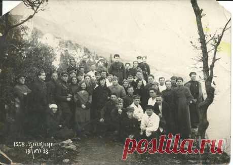 fotografija_gruppovoj_portret_v_jalte_kichkine_18_12_1933_g.jpg (1024×725)