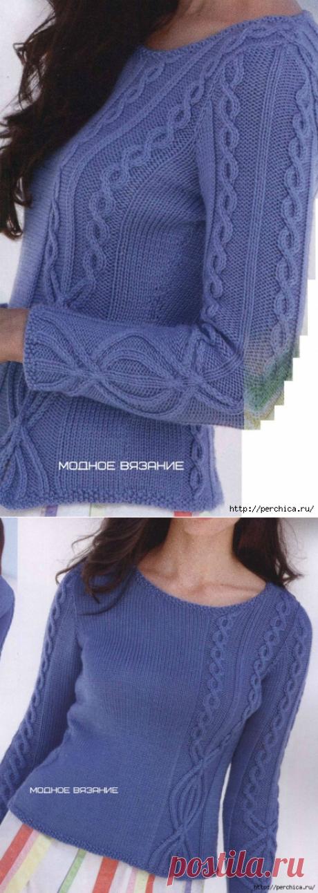 Пуловер спицами с вставками из рельефной косы