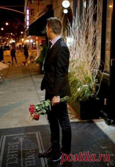 Мужчины, милые мужчины! Почаще думайте о нас! Цветы дарите без причины, и не стесняйтесь нежных фраз. Встречайте чаще у порога, накройте ужин при свечах. Ведь - это в сущности не много, секреты счастья в мелочах!