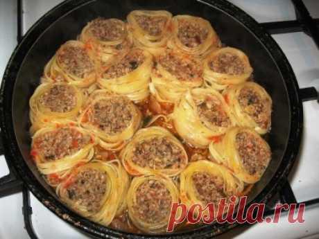 Гнезда на сковороде   Макароны- гнезда- 6 шт фарш -500 грамм лук- 1 шт чеснок -2 зубчика бульон- 300 мл сыр- 100 грамм соль, перец по вкусу Берем фарш в него добавляем измельченный лук и чеснок. Посолить, поперчить. Мака…