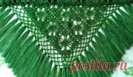 Ажурная вязанная шаль, связанная с любовью, будет радовать Вас не один год и дарить прекрасное настроение.  Размер шали: 200/103 см Кисти -16 см в длину, по одной в каждом уголке Материалы: Пряжа Bouton d'Or, цвет No825 (примерно 500 грамм): 50% шерсть, 50% акрил, 250 м / 100 грамм - для шарфа, 300 грамм розовой, приблизительно по 100 метров; 50 грамм белой, приблизительно 50 метров; Крючки No2 и No3, а также 5 белых пуговок толщиной 3 мм. Дополнительно: 5 белых пуговиц толщиной 2 мм, 5 черных…