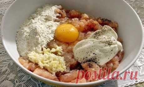 """Куриные """"растрепки""""  2-3 ст. л. майонеза, 1 яйцо, 2-3 ст. л. муки или крахмала соль, перец по-вкусу 3-4 зубчика чеснока щепотка карри Приготовление: Куриное мясо порезать меленькими кубиками, добавить майонез, яйцо, муку, соль, перец, выдавить чесночка. Должно получиться как тесто на оладьи и выпекать так же как оладьи на растительном масле. Комментарии: эт..."""