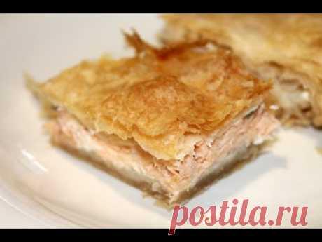 Пирог из слоеного теста с лососем и сливочным сыром