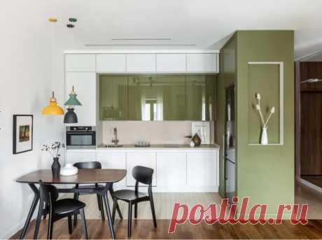Маленькая угловая кухня в скандинавском стиле с обеденным столом, врезной раковиной, плоскими фасадами.