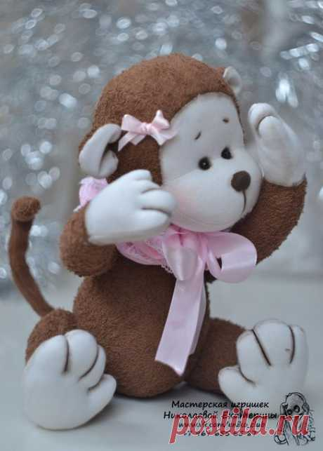 Милая игрушка обезьянка
