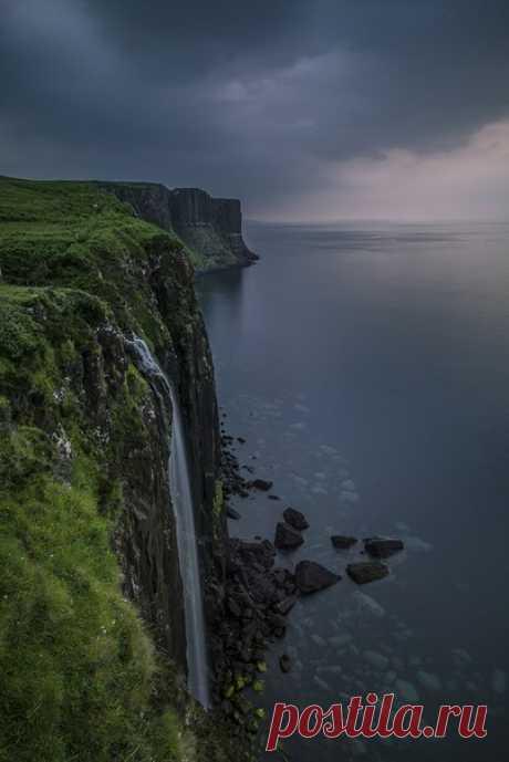 «На краю Земли». Водопад на острове Скай, Шотландия. Автор фото — Vitali Hantsevich, участник фотоконкурса «Время путешествий»: j.mp/NGTimeTravel