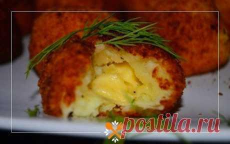 Картофельно-сырные шарики  Ингредиенты:  - картофельное пюре - 1 яйцо - панировочные сухари - сыр кубиками или на терке - масло для жарки  Приготовление:  Картофель смешайте с яйцом, добавьте соль и перец по вкусу. Возьмите ложку пюре и оберните им кубик сыра, скрутите шарик. Нагрейте масло в кастрюле. Каждый шарик обваляйте в сухарях. Обжарьте в кипящем масле до золотисто- коричневой корочки. Выложите шарики на бумажное полотенце, чтобы убрать лишний жир.