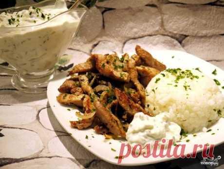 Свинина по-гречески   Этот классический рецепт свинины по-гречески вы встретите в любом ресторане Греции, но поскольку пора отпусков уже закончилась, я предлагаю приготовить это замечательное блюдо самостоятельно. Поверьте мне, сделать это будет довольно просто, а все ингредиенты вы без труда сможете найти в любом магазина (кстати, греческий йогурт можно заменить смесью сметаны и обычного йогурта в соотношении 1:1). Так почему бы вместо обычно ужина не приготовить отличное...