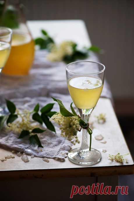 Белое вино на цветах бузины