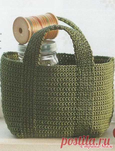 Схема простой сумки Сумка из толстой пряжи связана крючком простым узором.