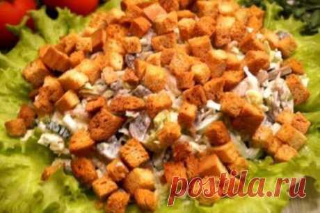 Вкуснющий салат: гости просто сметают его со стола Вкусный салат с курицей и грибами со стола исчезает в считанные минуты: так он нравится всем гостям.