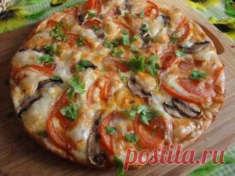Сырная пицца с вкусным соусом.