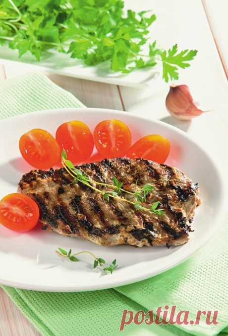 La carne de vaca sazonada en el grill