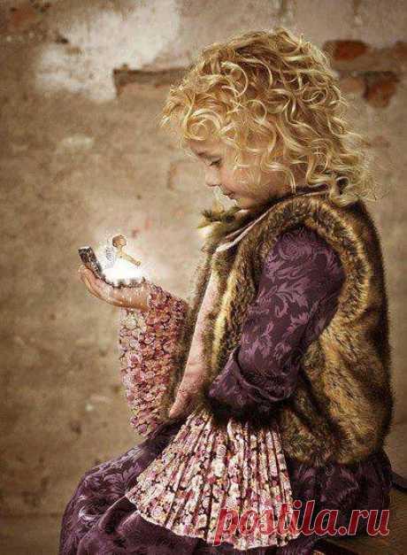 """Оберегайте у детей веру в чудесное. Маленькие дети верят в то, что всё вокруг является живым и разумным. Они беседуют с камнями, насекомыми, растениями и животными. Вера в чудесное помогает ребенку развивать внутренние силы души. Дети чувствуют и видят этот """"невидимый мир"""". Отрицая его, взрослые заставляют детей испытывать вину за свою чувствительность. Потеряв веру в чудеса, ребенок теряет самое ценное. Повинуясь взрослым, их рациональному взгляду на мир, ребенок отказывается от…"""