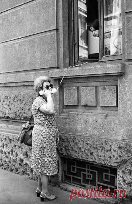 Об  одесских женщинах.  — Моня, иди покушай - я таки сварила суп! — Из чего? — Из моих последних сил!  Сара Абрамовна кричит сыну из окна: — Боря! Не бей так сильно Изю: вспотеешь и простудишься!  Опытный Соломон Маркович учит молодого соседа: — Лёва, слушай сюда и запоминай: женщина — это всегда сюрприз, но таки не всегда подарок!  — Изя, слушай маму и привыкай соображать! Если тебе нравится Роза — терять время нельзя: женщины не молодеют, они становятся умнее. И шансов у...