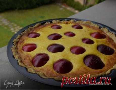 Пирог с грецкими орехами, сливами и творожным кремом. Ингредиенты: творог, сливы, мука Если будете готовить такой пирог летом, охладите ножи из комбайна в морозилке, а с тестом работайте очень быстро, чтобы оно не нагрелось от рук. Для начинки можно взять вишню, персики или абрикосы, подойдут и консервированные фрукты, если слить из них сироп и просушить бумажным полотенцем.