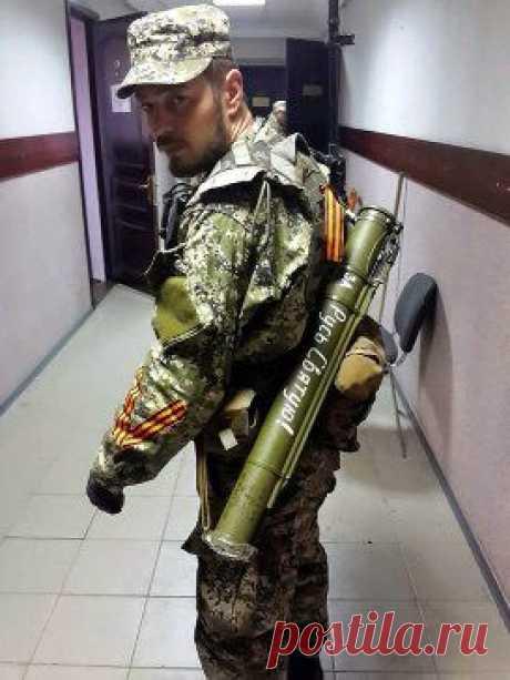 ....ИЗ ПОД  НЕБЕС  ПО  ПТИЧЬИ  ОКЛИКАЯ  ВСЕХ  ВАС  КОГО  ОСТАВИЛ   ...НА  ЗЕМЛЕ......ВЕЧНАЯ  ПАМЯТЬ!!!!!!! МИРОВОЕ ПОЛИТИЧЕСКОЕ ШОУ™  Это Сергей Гришин. Он погиб 13 мая сражаясь на Донбассе. Погиб за то, чтобы русские, живя на русской земле, могли говорить на русском языке и жить в рамках русской культуры.