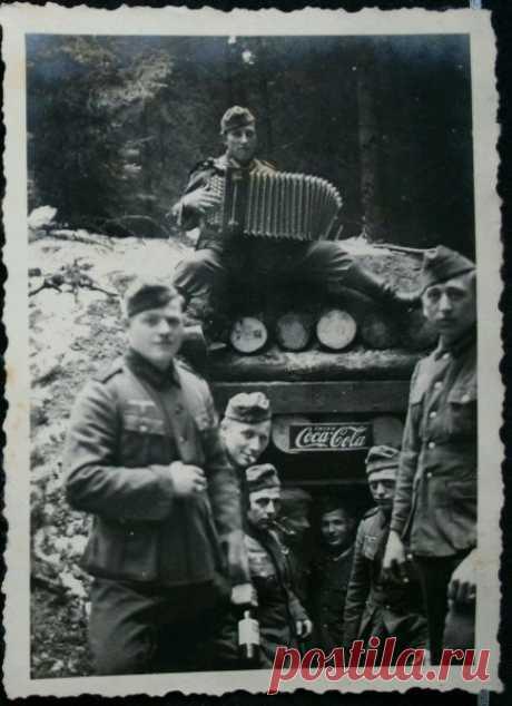 """Жаргонные слова и выражения немецких солдат   Alte Hase - """"старый заяц """" - старый солдат;  Alter Kämpfer - """"старый боец"""" - ветеран;  Alte Knochen - """"старые кости"""" - ветеран;  Alter - """"старик"""" - старший член группы;  Alter Mann - """"старик"""" - мясные консервы (из-за изображения на банке);  Angewärmte Leiche - """"тёплый труп """" - близкий к изнеможению, может быть из-за ранения;  Auffallen – поражать, удивлять;  Ausplundern - мародерство, грабёж;  Baden gehen - """"сходить поплавать """"..."""