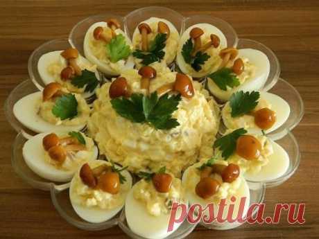 ВКУСНЕЙШИЙ и КРАСИВЕЙШИЙ Яичный салат с ОПЯТАМИ ИНГРЕДИЕНТЫ: яйца — штук 6, картофель —  3 штуки средних грибы — грамм 100. Приготовление: Тут можно на свой вкус соотношения брать: кто — то больше яйца любит — можно яиц больше взять, будет салат более яичный. Взять картошки поболее — будет салат более картофельный. А кто более пряности любит и хрустинку — то грибочков больше добавить. Отварить яйца вкрутую. Часть из них разрезать на половинки, вынуть желтки. Оставшиеся целые яйца и вынутые жел