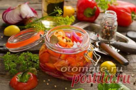 """Салат """"Лакомка"""" на зиму из помидор, перца и лука"""