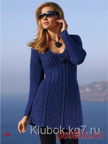 Синее платье спицами.