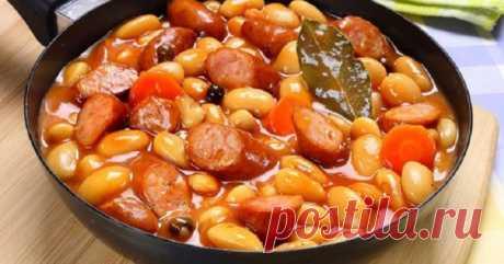 Фасоль тушенная с овощами и копчеными колбасками. За уши не оттянешь    Аппетитно, ароматно и просто превосходно!          Ингредиенты: Фасоль — 300 гОхотничьи сосиски — 4 шт.Морковь — 1 шт.Лук — 1 шт.Консервированные помидоры — 240 гПодсолнечное масло — 20 млСоль по в…