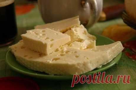 Домашний сыр  Ингредиенты:  -1 литр молока -1 ст.л.соли -200-300 г. сметаны -3 яйца  Приготовление:  Молоко ставим кипятить, посолив его. В это время взбиваем сметану с яйцами. Как молоко закипит, добавляете сметанную смесь и помешивая кипятите около 5 мин. как только масса отделиться от сыворотки, откидываем эту массу на ситечко.(У меня сита металлического не было,использовала марлю). Даем полностью стечь жидкости. Через несколько часов можно есть!