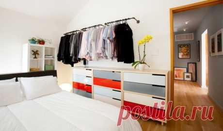 Где хранить одежду: 17 альтернатив корзине для грязного белья