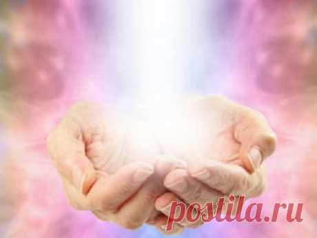 Рэйки— искусство исцеления руками. Три приема для начинающих Уникальное учение Рэйки позволяет использовать энергию Вселенной для того, чтобы преобразить свою жизнь, изменить мышление инасладиться счастьем. Практики позволяют управлять своей энергией иисцеляться отлюбых недугов.