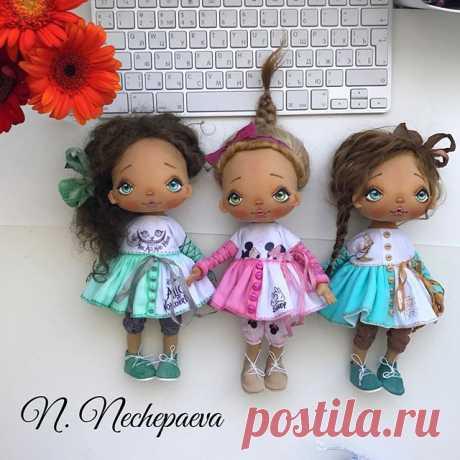Вот они - последние куклы этого месяца 💚💙💖 и последнее фото на сегодня 😄🙈! ‼️Когда и как можно будет купить: 💖💖💖Кукла в розовом платье - завтра (13.07) в 10:00 по Москве опубликую новую фотографию, под которой нужно будет оставить комментарий о желании купить. Заявки будут приниматься до 11:00. Раздаю номера, если желающих будет несколько. Пол часа всем на проверку номеров. И генератор нам поможет выбрать дом. Всё, как обычно. Под фотографией я всё напишу. 💚💙💚Ку...