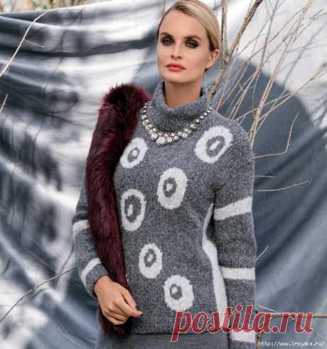 Серо-белый свитер с интересным жаккардовым узором спицами!