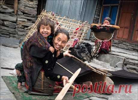 «Своя ноша не тянет!» Непал, треккинг вокруг горы Манаслу. Автор фото – Кирилл Спирин.